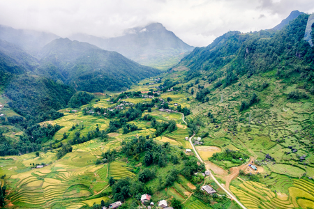 Aerial view of tribe village on rice field terraced in green valley Stockfoto
