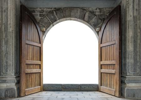 Grande porta di legno aperta nel muro del castello di roccia Archivio Fotografico