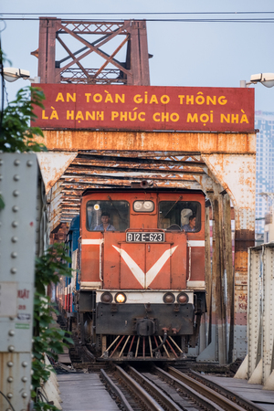 Hanoi, Vietnam : Sep 10 2017 : Train running on ancient railway at Long Bien bridge station 新聞圖片