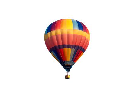 Colorido globo de aire caliente volando sobre fondo blanco.