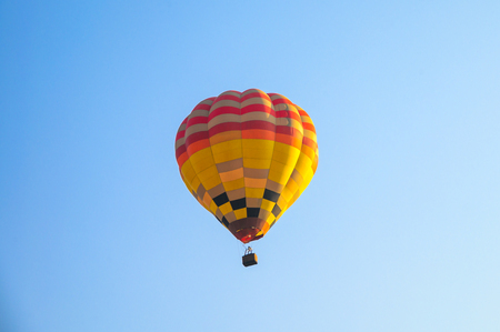 Globos de aire caliente volando en el cielo azul en el festival anual