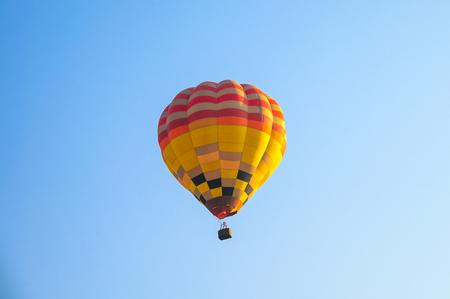 Heteluchtballonnen vliegen in de blauwe lucht op jaarlijks festival