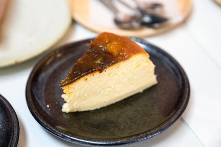 Kürbis-Käsekuchen-Rezept auf Keramikplatte im Café