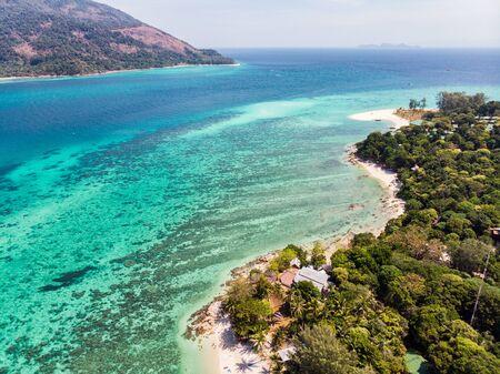 Aerial view of coral reef in emerald sea at lipe island 版權商用圖片 - 134877481