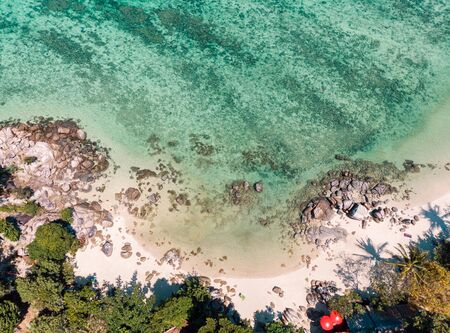 Above of emerald tropical sea with coral and rocks on the beach 版權商用圖片 - 134877485