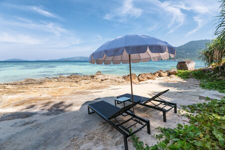 Umbrella with wooden sunbed on the white beach at tropical sea in sunny Reklamní fotografie