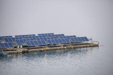 Panel del sistema de células solares una energía renovable flotando en la presa Foto de archivo