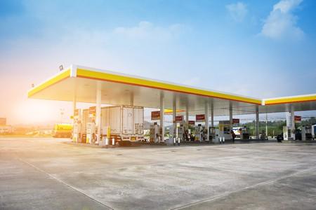22 stycznia 2018 Chonburi Tajlandia samochód ciężarowy wlać olej na stacji paliw przed jazdą po drodze Publikacyjne