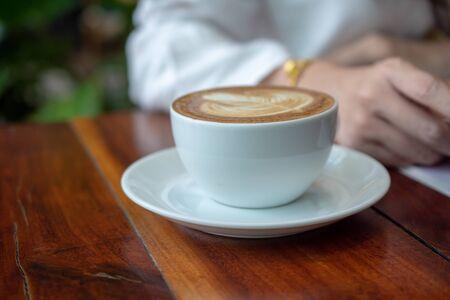 Frauen sitzen im Café zum Trinken in der Kaffeezeit