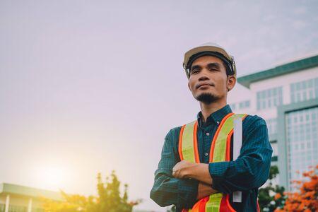 Ingénieur tenant le concept de plan papier Détermination et succès