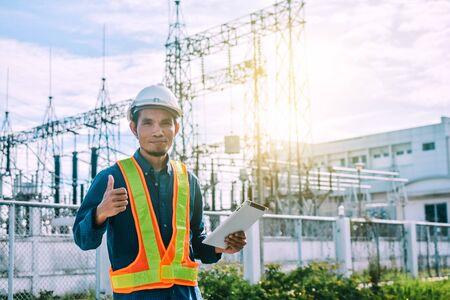 Moteur Détenant actuellement une tablette et une centrale électrique avec l'Autorité de l'électricité Banque d'images