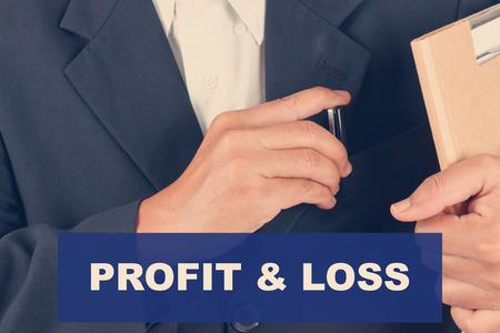 perdidas y ganancias: de p�rdidas y ganancias cotizaciones - hombre de negocios filtro de fondo-retro Foto de archivo