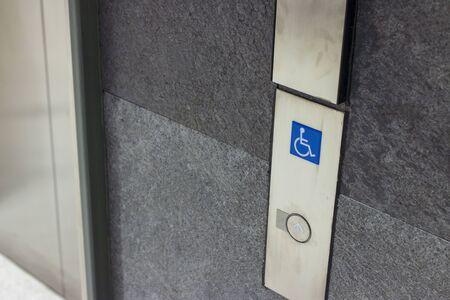 Symbole pour les personnes handicapées dans les bâtiments publics