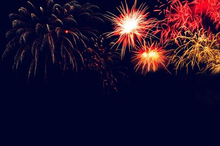 Celebre los fuegos artificiales, el Festival de la felicidad, los coloridos fuegos artificiales.