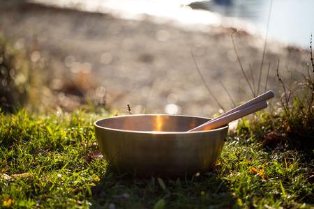 esoterismo: cuenco de bronce en el sol Foto de archivo