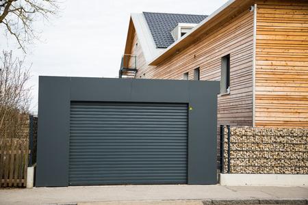 Porte de garage moderne en noir / gris