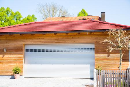 Garagem moderna, branca, revestimento de madeira