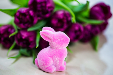 pink bunny on green background, with tulips 版權商用圖片