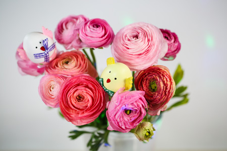 Ranunkeln in pink, macro, spring , flowers Ranunculus asiaticus with easter egg 版權商用圖片
