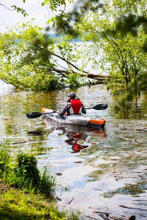 Kayaker on the Ammersee 版權商用圖片 - 131099862