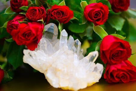 Rock crystal between, roses, gold colored background 版權商用圖片 - 131099872