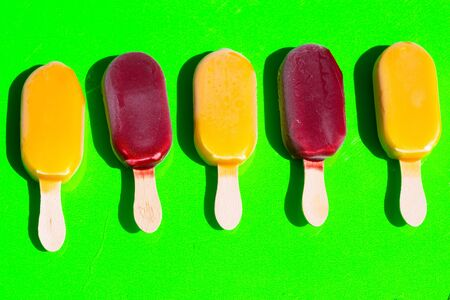 Popsicles, green background 版權商用圖片 - 131099909