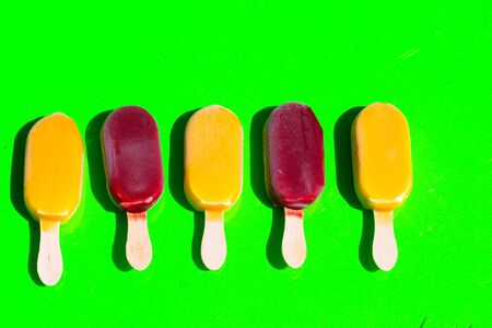 Popsicles, green background Foto de archivo - 131099910