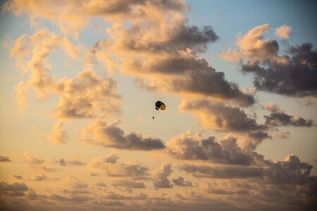 Parachute flight in the evening sky 版權商用圖片 - 131099923