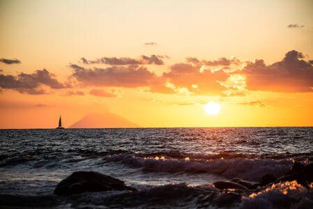 Sunset overlooking the Stromboli from Tropea 版權商用圖片