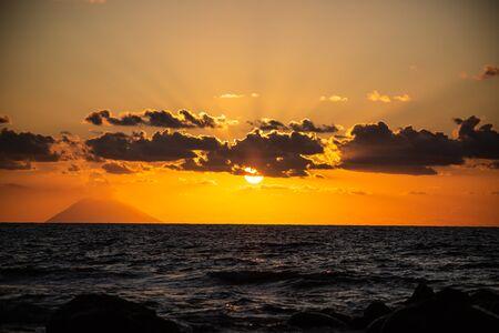 Sunset overlooking the Stromboli from Tropea, 版權商用圖片 - 131099947