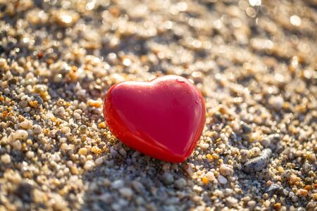 red heart by the sea, romantic, in love, lost, holida 版權商用圖片 - 131099952