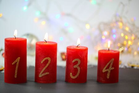 burning candles on red background, christmas background 版權商用圖片 - 132464465