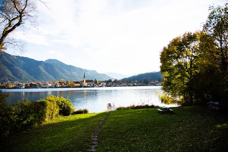 Tegernsee in autumn, with mountains in the background 版權商用圖片 - 132977845