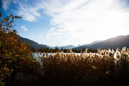 Tegernsee in autumn, with mountains in the background 版權商用圖片 - 132978120