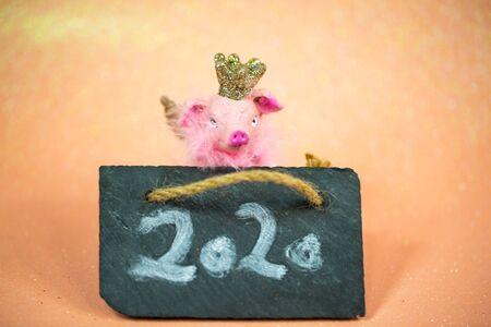 Lucky pig on pink background with shamrocks 版權商用圖片