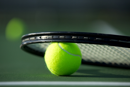 tenis: Pelota de tenis y raqueta con espacio para copiar Foto de archivo