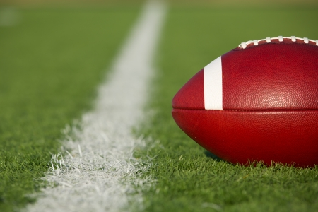 Amerikaanse Voetbal op het veld in de buurt van de yard lijn met ruimte voor exemplaar
