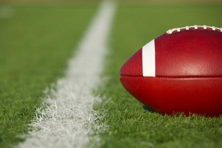 terrain foot: Football am�ricain sur le terrain pr�s de la ligne d'une verge avec salle pour la copie