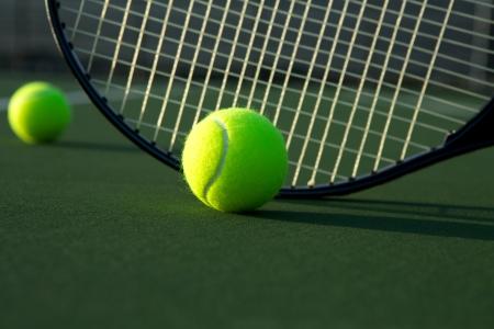 raqueta de tenis: Pelota de tenis y raqueta Close Up con espacio para copiar Foto de archivo