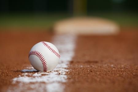 距離に拠点をもつ内野チョーク ラインで野球 写真素材