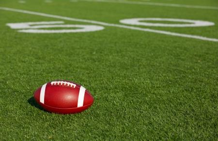 terrain foot: Football am�ricain sur le terrain pr�s de la ligne de cinquante yards