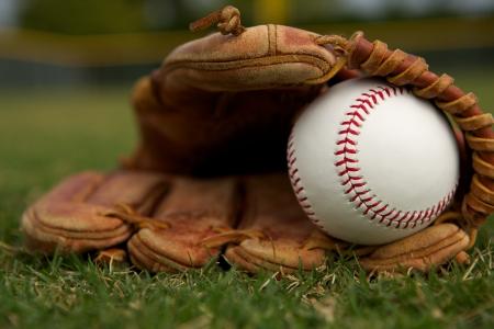 guante de beisbol: Béisbol nuevo en un guante en el jardín