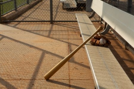 baseball dugout: Bate de b�isbol y guante en el Dugout Foto de archivo