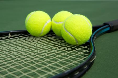 raqueta de tenis: Pelotas de tenis en una raqueta de Close Up Foto de archivo