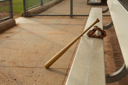 Honkbal & Bat en handschoen in de dugout Stockfoto