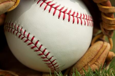guante de beisbol: B?isbol nuevo en un guante Close Up