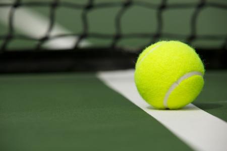 tenis: Pelota de tenis en la corte cerca de la red