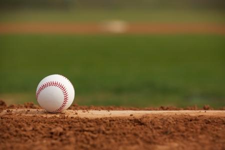 campo de beisbol: El b?isbol en el mont?culo los lanzadores con sitio para la copia Foto de archivo