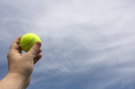 사본을위한 공간을 가진 봉사를 위해 준비하는 손에있는 테니스 공 스톡 콘텐츠