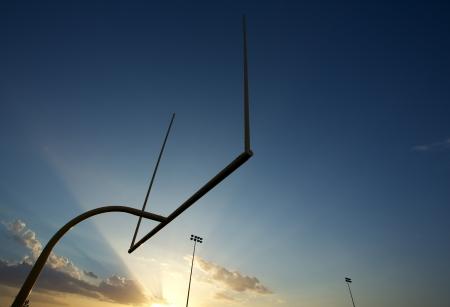 terrain foot: Terrain de football am�ricain Poteaux ou Montants r�tro-�clair� par le soleil couchant avec salle de copie